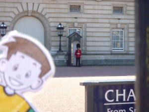 Flat Stanley and the guard at Buckingham Palace